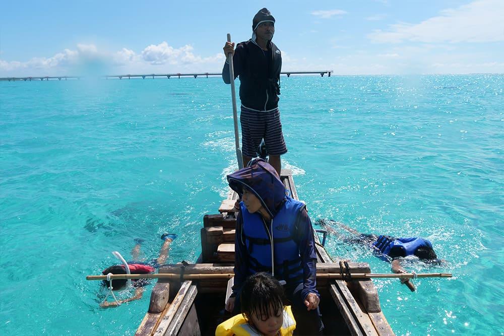 サバニ船で水中探索