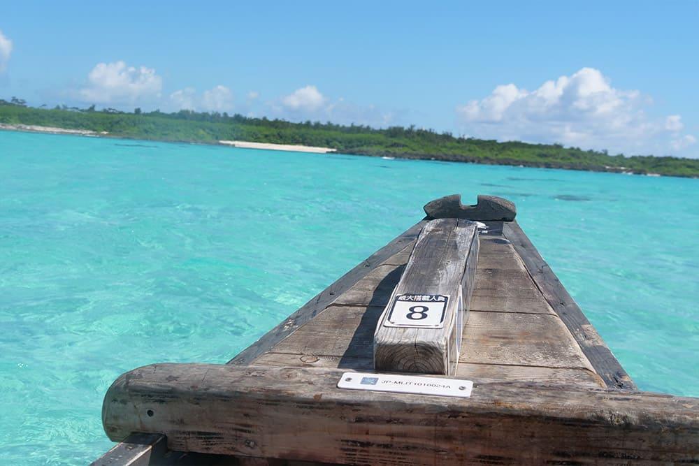 サバニ船から望む伊良部島